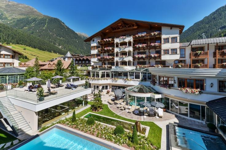 blick_in_den_innenhof_mit_pools_im_sommer_mit_sicht_auf_das_hotel_im_sommer_trofana_royal