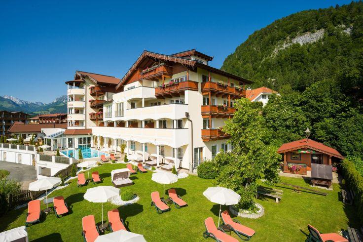 aussenansicht_mit_liegewiese_hotel_alpina_koessen