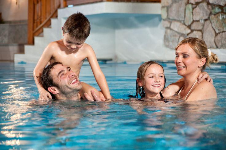 familie_beim_baden_hotel_alpina