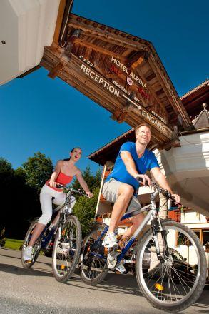 leute_beim_radfahren_hotel_alpina