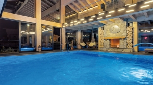 _neuer_indoor-pool_samt_panorama-lounge_inns_holz_natur-_vitalhotel_und_chaletdorf_boehmerwald