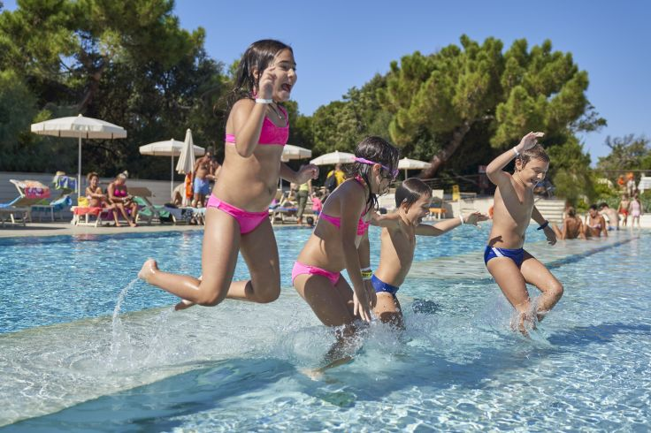kinder_haben_spass_im_pool_paradu_tuscany_ecoresort