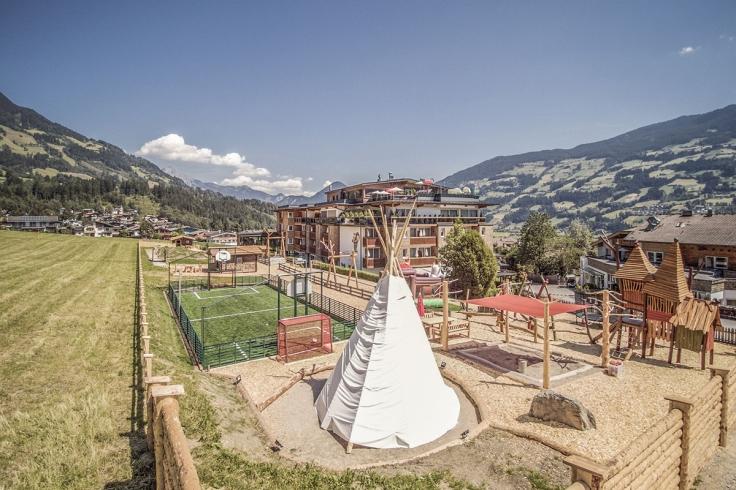 hotelaussenansicht_mit_tipi_und_kletterlandschaft_alpina_zillertal
