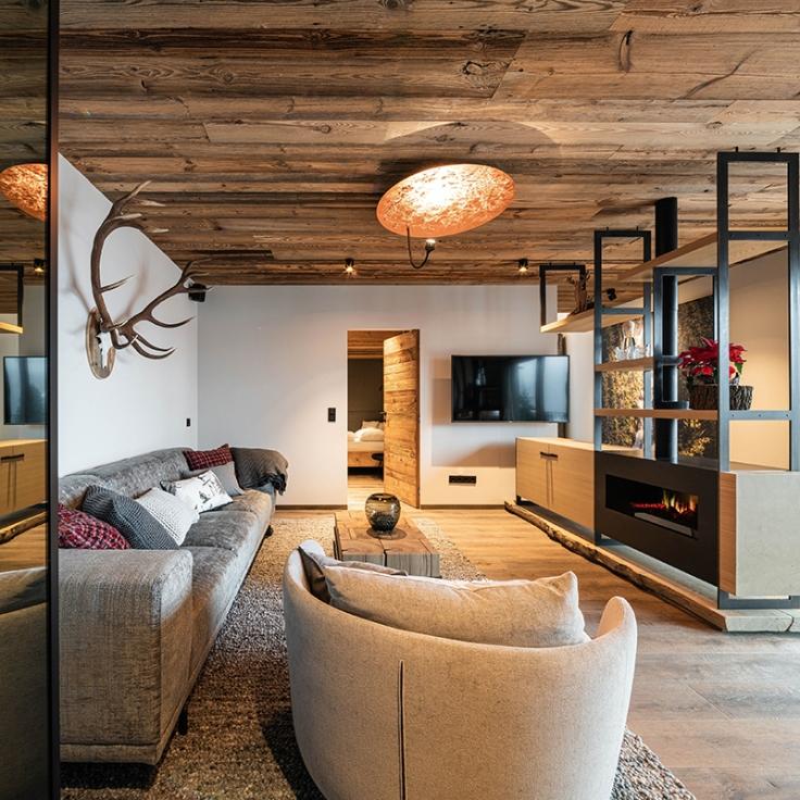 moderner_wohnraum_des_baumhauses_wanderhotel_gassner