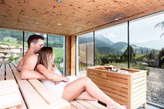 puradies gemeinsame_saunazeit_c_peter_kuehnl_puradies_hotel_chalets