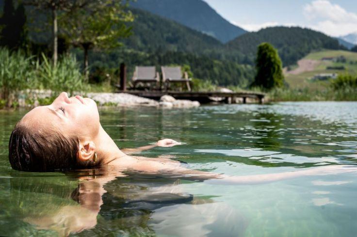 puradies relaxen_im_naturbadesee_c_peter_kuehnl_puradies_hotel_chalets