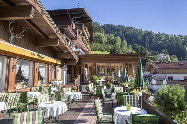 terrasse_des_hotels_mit_wunderschoenem_ausblick_wanderhotel_gassner