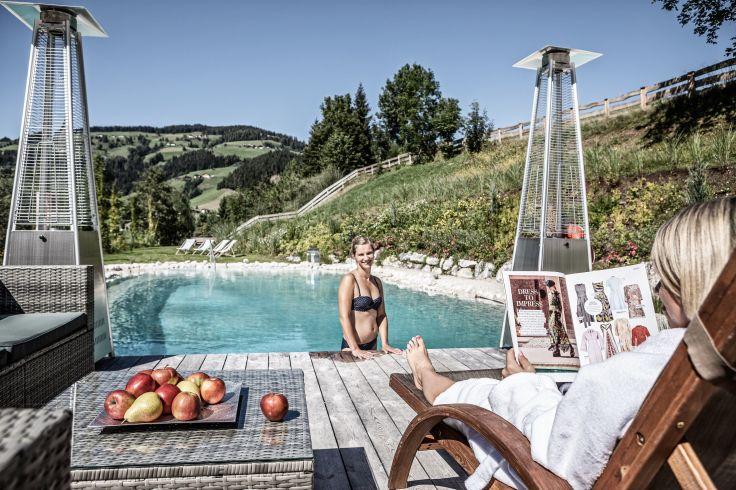 Prechtlgut entspannung_auf_den_wellness-liegen_am_natur-badeteich_bergdorf_prechtlgut