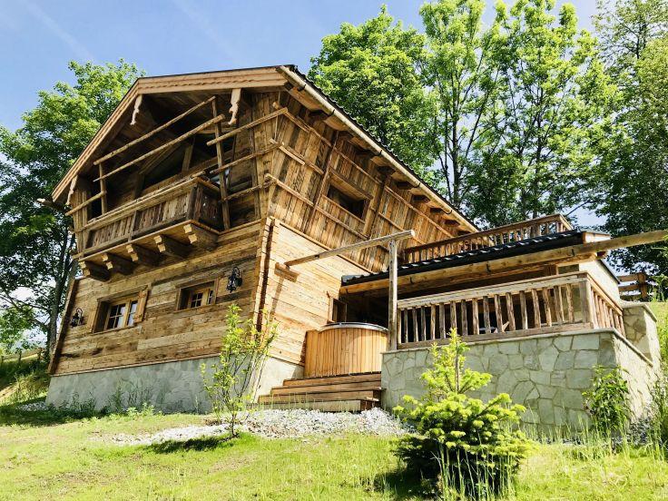 Prechtlgut exklusives_chalet_mit_hot_tub_auf_der_terrasse_c_jetset_media_bergdorf_prechtlgut