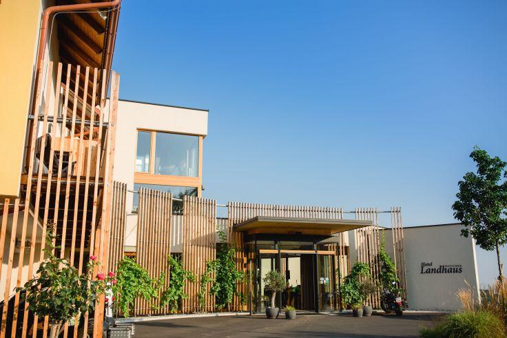 ratscher eingang_des_hotels_im_sommer_c_karin_bergmann_ratscher_landhaus